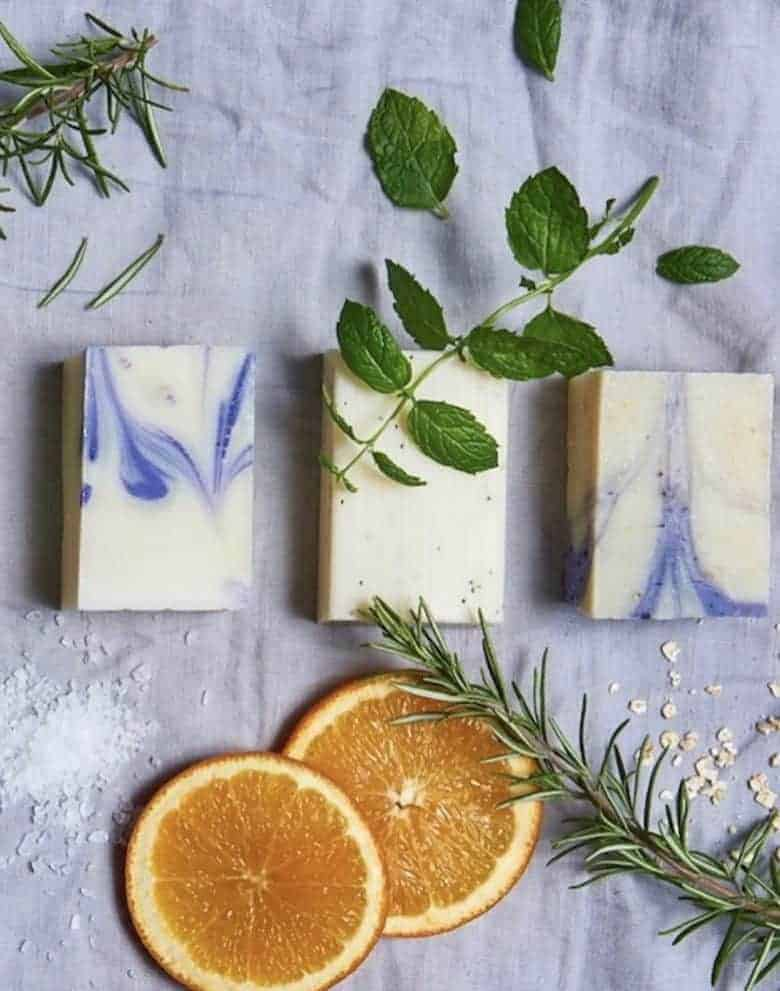 how to make natural soap with Emma of The Little Soap Company. Click through for easy step by step recipe to make your own natural soap with aromatherapy essential oils and pure, organic, natural ingredients for plastic free cleansing #howtomakesoap #naturalsoap #plasticfree #littlesoapcompany #frombritainwithlove #aromatherapy