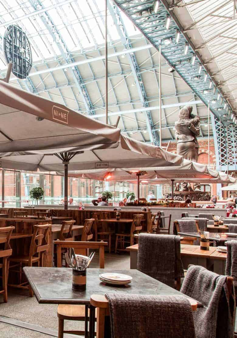 st pancras renaissance hotel london a real england aesthetic and also one of the handpicked local favourites of ceramicist jo heckett whose studio in in this beautiful corner of London. Jo shares her favourite places to stay, visit, cafes, local shops, green spaces and gardens perfect for soaking up the atmosphere of this historic corner of the capital #bloomsbury #london #englandaesthetic #trainstation #stpancras #hotel