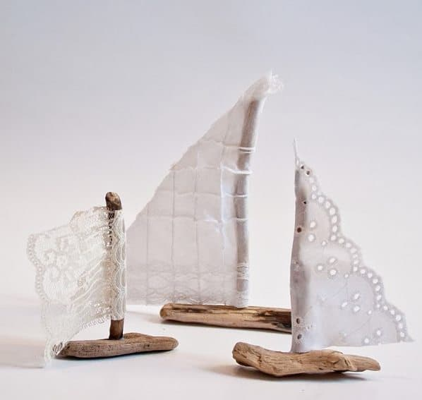 click through for inspiring driftwood craft ideas like these beautiful driftwood boat table decorations