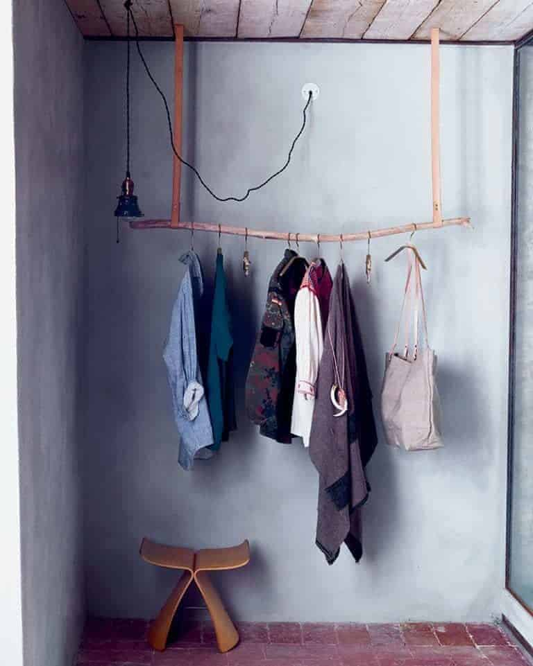click through to get great driftwood craft ideas including this driftwood clothes rail