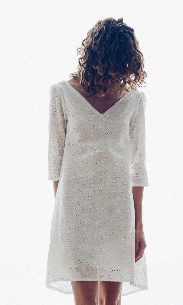 love this white broderie anglaise simple tunic dress folk shift pattern by Vanessa Pouzet. Click through to find out how to make this and other easy to make and beautiful skirts you'll love to wear