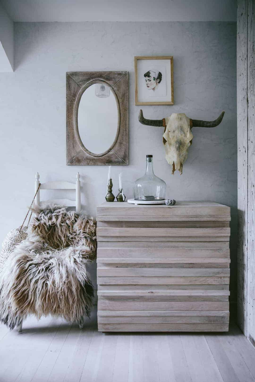 love this modern rustic white and natural wood bedroom chest of drawers by Eva Kosmas Flores. Click through to find our more about Eva's beautiful world as well as other modern rustic interior inspiration you'll love