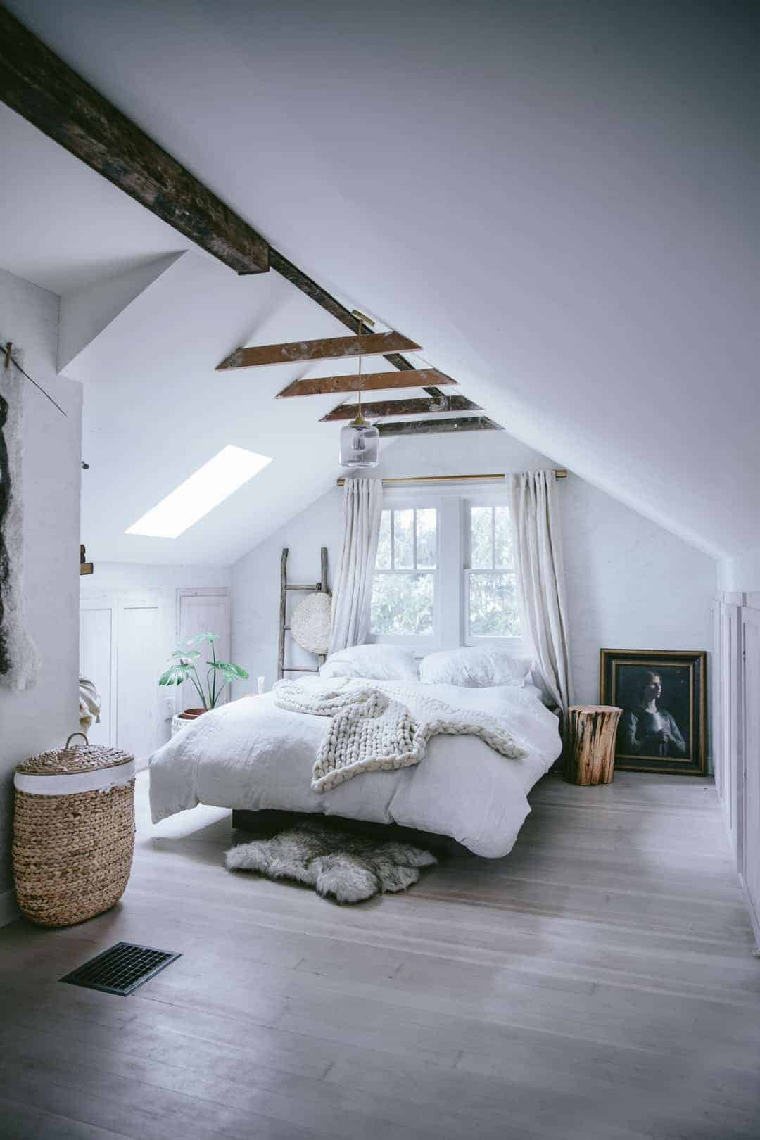 love this modern rustic white and natural wood and basket bedroom by Eva Kosmas Flores. Click through to find our more about Eva's beautiful world as well as other modern rustic interior inspiration you'll love