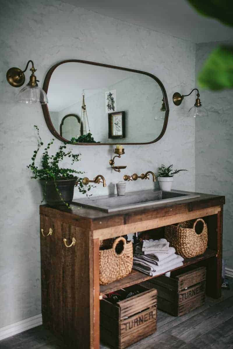 love this modern rustic white and rustic wood vanity unit with mirror and baskets by Eva Kosmas Flores. Click through to find our more about Eva's beautiful world as well as other modern rustic interior inspiration you'll love