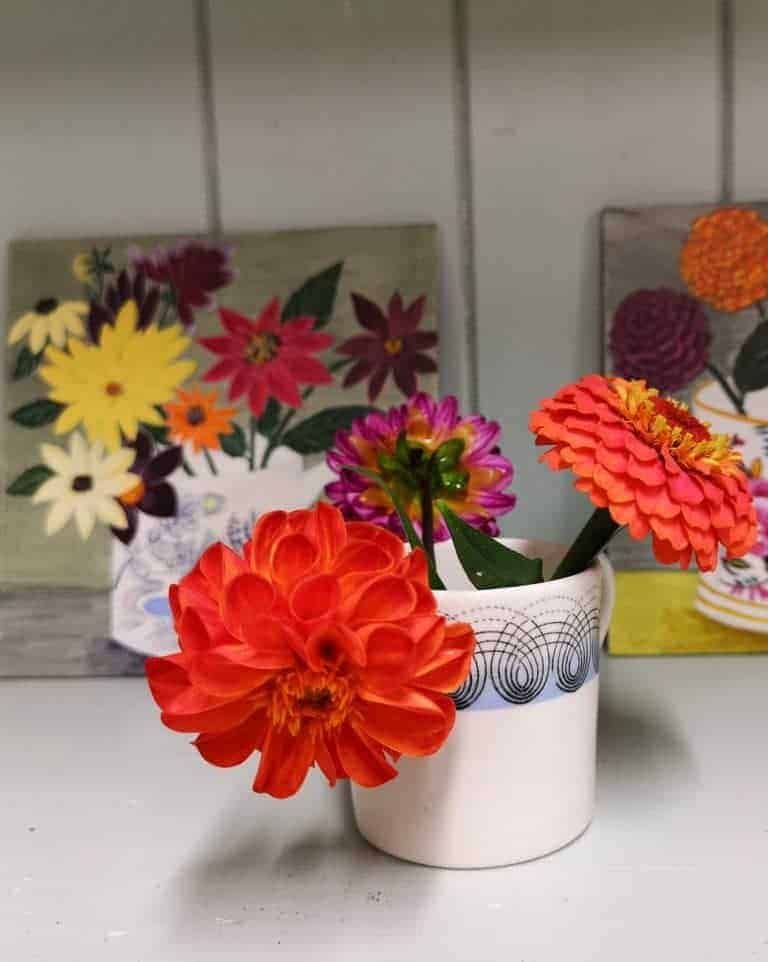 love this simple arrangement of bright autumn dahlias in a mug. click through for more creative autumn flower ideas you'll love