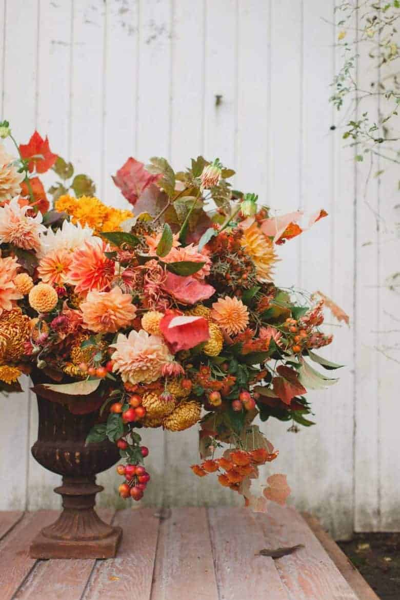 autumn flower arrangement floret flowers dahlias, crab apples, autumn fall leaves and foliage as well as hips and seasonal colour. Click through for more autumn fall flower ideas as well as links to sign up for the free fall flower course with floret #autumn #flowers #fall #floret #frombritainwithlove