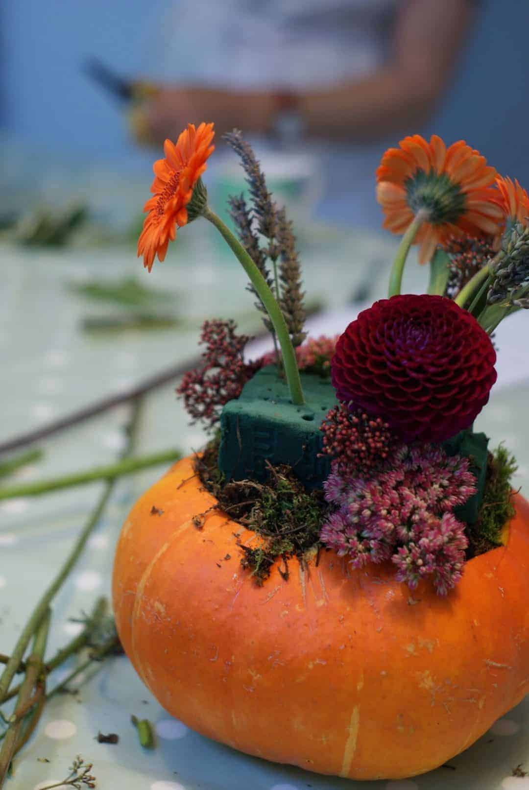 how to make an autumn halloween decoration:: autumn pumpkin and flower arrangement