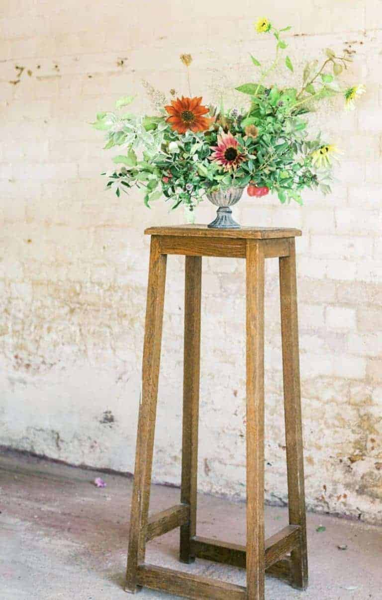 love this autumn flower arrangement using chrysanthemums and seasonal autumnal foliage, foraged greenery for autumn flower arrangements. Click through for autumn flower arrangement ideas you'll love to make #frombritainwithlove #mybritainwithlove #britishflowers #autumnflowerideas #autumnleaves