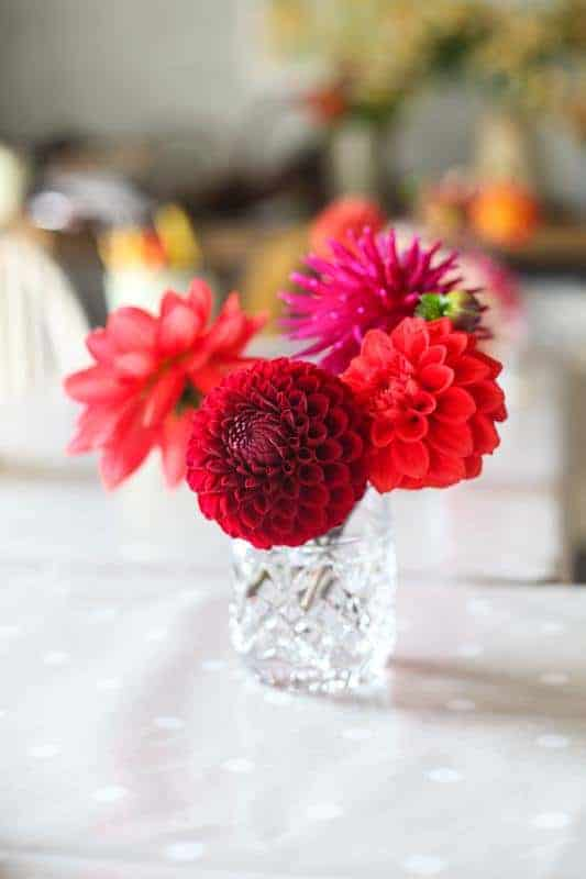 love these bright dahlias and how they are arranged in a simple glass vase. Click through for other creative autumn flower arrangement ideas you'll love #frombritainwithlove #mybritainwithlove #fauxflowers #autumnflowers #autumnflowerideas #fakeflowers
