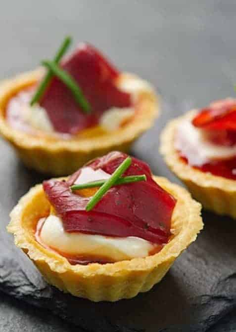 love this simple to make smoked venison tartlet canape recipe from Weald Smokery. Click through to get the recipe and also to find other easy festive food recipes
