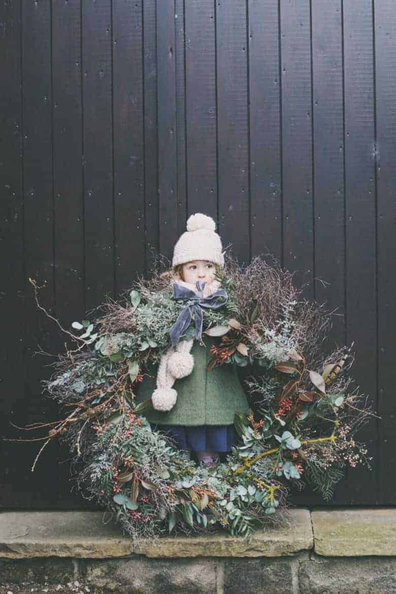 adore this giant and rustic holiday christmas wreath by Sarah Statham florist of Simply by Arrangement of yorkshire and lancashire. Click through for more creative and simple ideas to try from other creative UK florists too along with simple DIY step by step tutorial to making your own wreath #christmaswreath #howtomake #tutorial #freshwreath #frombritainwithlove