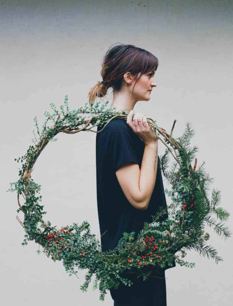 how to make a giant fresh christmas wreath. click through for step by step tutorial and lots of other inspiring wreath ideas #christmas #wreath #tutorial #giant