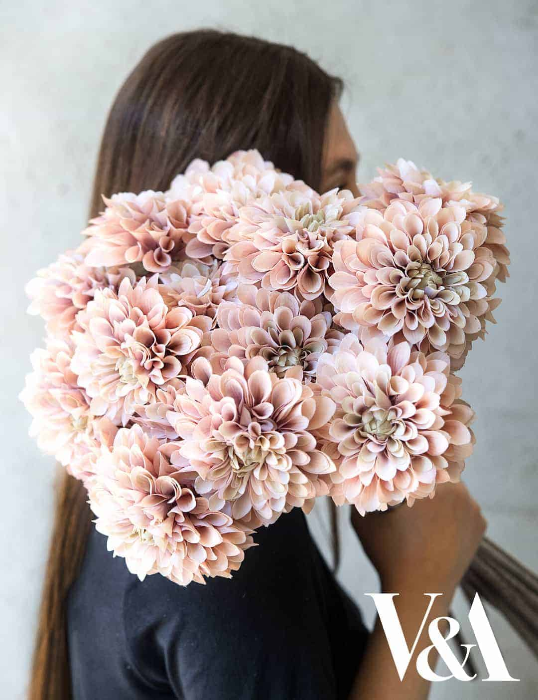 love these faux cafe au lait dahlias by philippa craddock. Click through to find out more and to see other beautiful spring flower ideas you'll love
