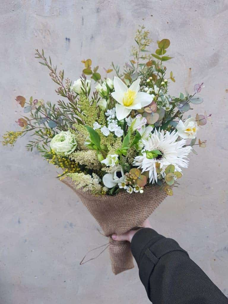love this white and yellow spring flower bouquet in hessian by Petalon flowers in London. Click through to discover more creative ideas with spring flowers you'll love