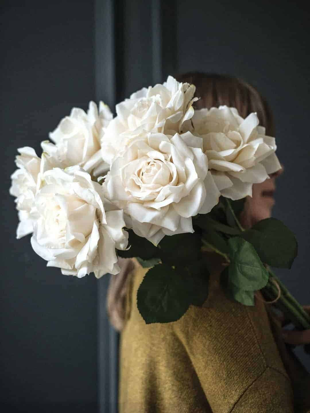 love these faux white old fashioned cabbage roses by phlippa craddock. Click through to find out more and to see other beautiful spring flower ideas you'll love
