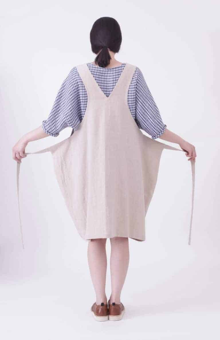 love this linen pinafore apron handmade in England with dungaree back. Click through to find out more and to discover my other favourite pinafore aprons