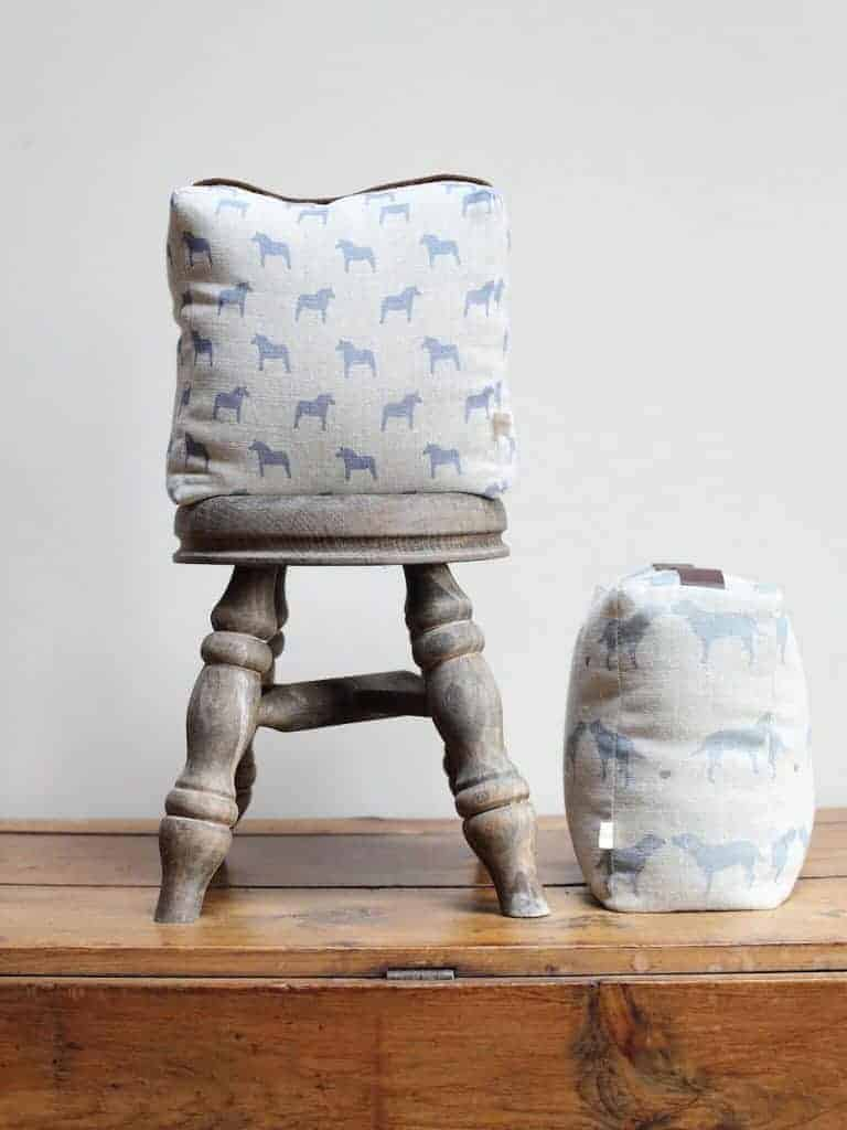 love this labrador print linen doorstop handmade by olive and daisy. click through for more beautiful country linens you'll love
