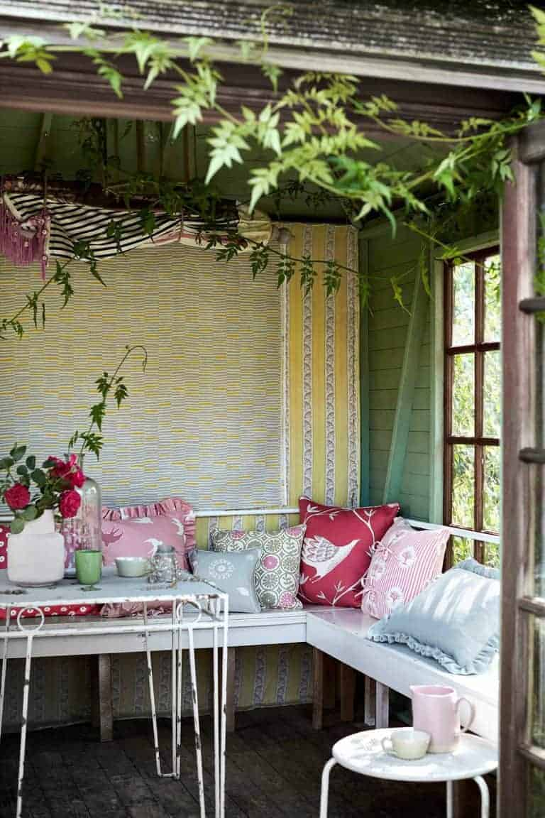 love this outdoor faded florals and vintage inspired linens look by Vanessa Arbuthnott. Click through for more ideas you'll love