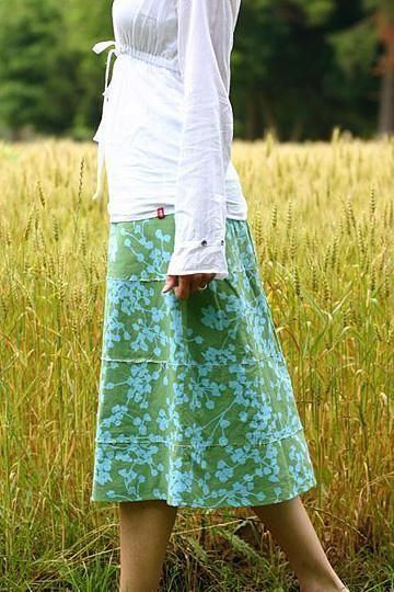 love this simple a line Barcelona skirt by Amy Butler. Click through for simple skirt making ideas you'll love