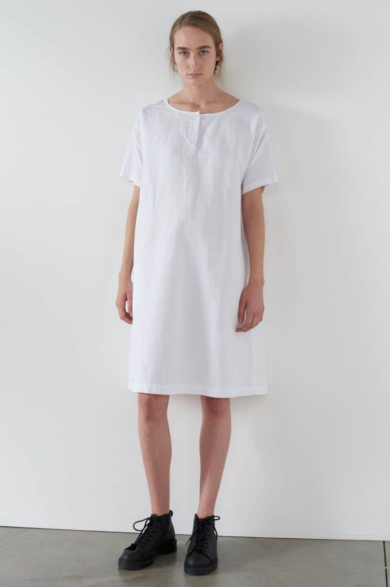 love this white linen tee shirt dress by Margaret Howell. Click through for more linen dress ideas you'll love