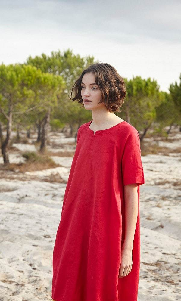 love this simple red linen shift dress by Plumo. Click through for more simply beautiful linen dress ideas you'll love to wear
