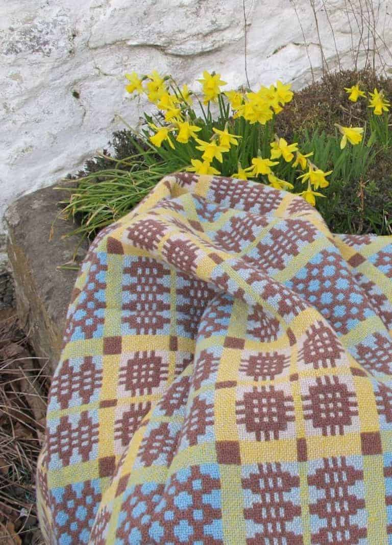 love this yellow and blue welsh blanket by Jen Jones. Click through for more welsh blanket ideas you'll love