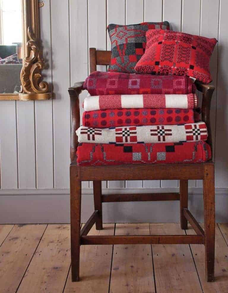 love these rich and deep red welsh blankets by Melin Tregwynt. Click through for more welsh blanket ideas you'll ove