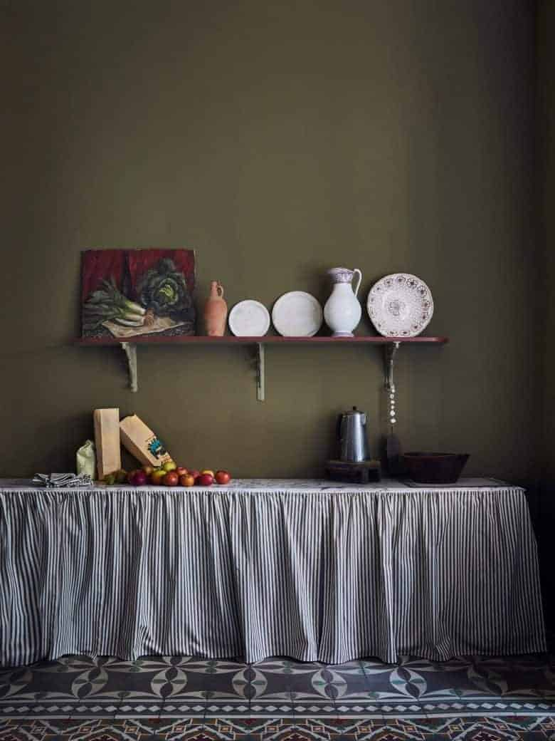 love this dark olive green paint colour by Annie Sloan chalk paint creating a modern rustic country kitchen with open shelf and vintage style fabric sink cupboard curtain- click through to get all the details you need to order the paint as well as other inspiring green paint decorating ideas #greenpaint #anniesloan #decorating #ideas #kitchen #frombritainwithlove