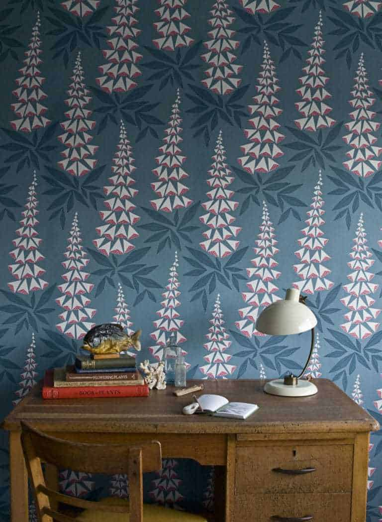 love this dark blue, pink and white foxglove wallpaper by Missprint. Perfect dark blue wallpaper for a feature wall or bedroom. Click through for more living room wallpaper and office wallpaper ideas you'll love