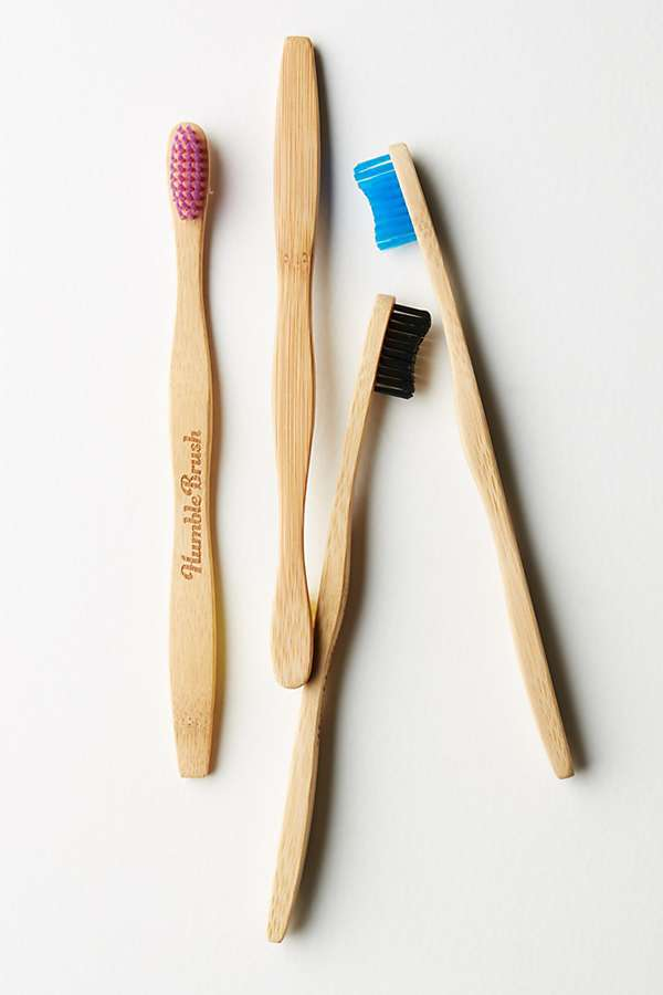 love this bamboo eco friendly toothbrush by Humble. Click through to discover more zero waste plastic free beauty and bathroom ideas you'll love