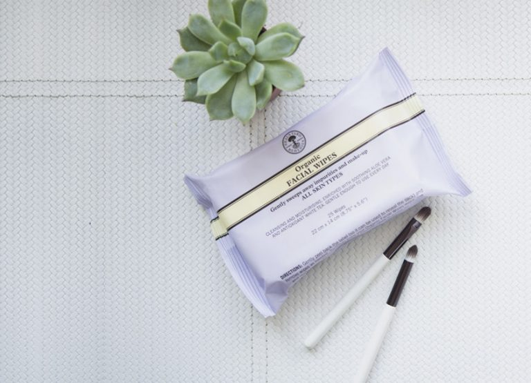 love these organic neals yard natural facial wipes. Click through for more zero waste plastic free beauty and bathroom ideas you'l love