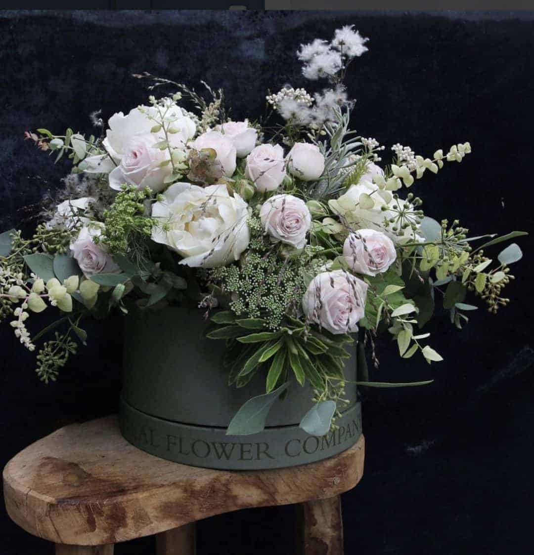 love this wintry white and pale pink christmas bouquet by The Real Flower Company in their lovely signature green hat box. Perfect for placing on your Christmas table as is. Click through for more christmas flower arrangement DIY ideas you'll love to try for adding natural festive beauty this holiday season
