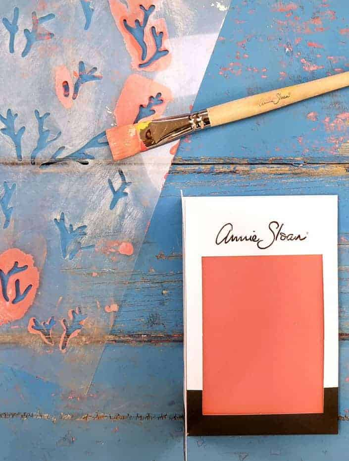 love this coral design paint stencil by annie sloan - perfect for using with chalk paints to add an updated coastal feel to furniture, walls, you name it. Click through to get easy step by steps and DIY tutorial from Annie Sloan herself on how to stencil furniture with annie sloan chalk paint #anniesloan #chalkpaint #stencilling #frombritainwithlove #howtostencil