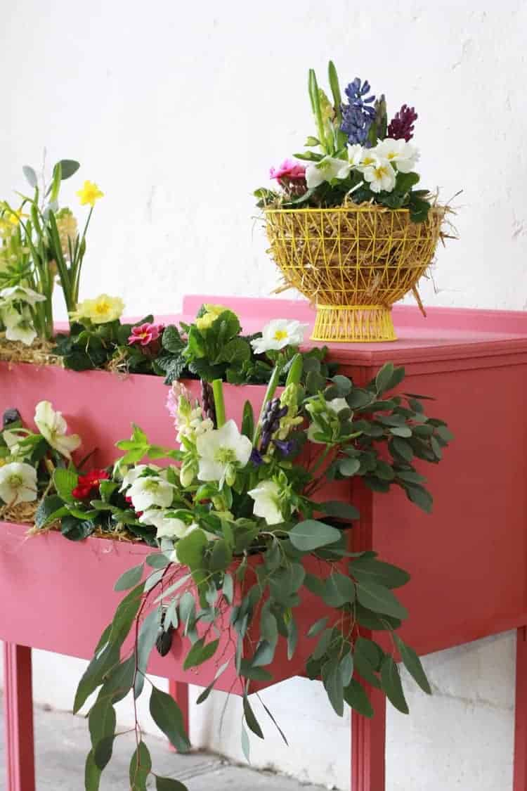 love this creative idea of painting a vintage old chest of drawers with bright coral pink chalk paint by annie sloan and filling with spring flowers. Click through for more details on how Abigail Ryan achieved this as well as other great ideas for bringing a splash of Living Coral pantone colour of the year into your home life