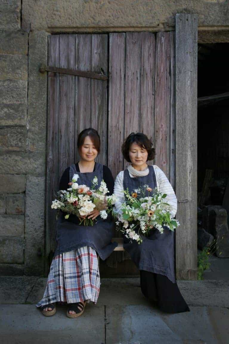 love this image taken by Ed Chadwick at a creative Bronte country flower workshop in Yorkshire by Simply by Arrangement based near Hebden Bridge. Click through to discover owner, Sarah Statham's inspirations, simple pleasures and one or two beautiful flower arrangement ideas using her own flowers from her cutting garden as well as seasonal and sustainable british flowers #britishflowers #flowerworkshops #yorkshireflowers #frombritainwithlove #floristrycourses #flowerdesign