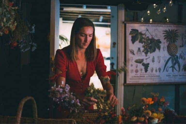 bex partridge of Botanical Tales is a flower artist creating dried flower wreaths and botanical crafts as well as offering a range of creative and seasonal flower workshops. click through to get all the info you need