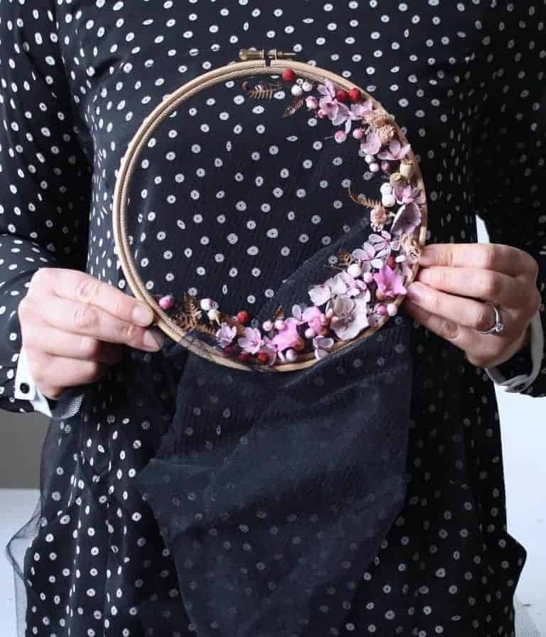 How to make embroidery hoop art with dried flowers. Olga Prinku shares her simple step by step DIY tutorial to create your own mini hoop with hydrangea, eucalyptus, mimosa and spring flowers. Click through for other stunning ideas you'll love to try too #embroideryhoop #embroideryhoopart #driedflowers #frombritainwithlove #olgaprinku #DIY #tutorial #howtomake #embroideryhoopcraft #ideas