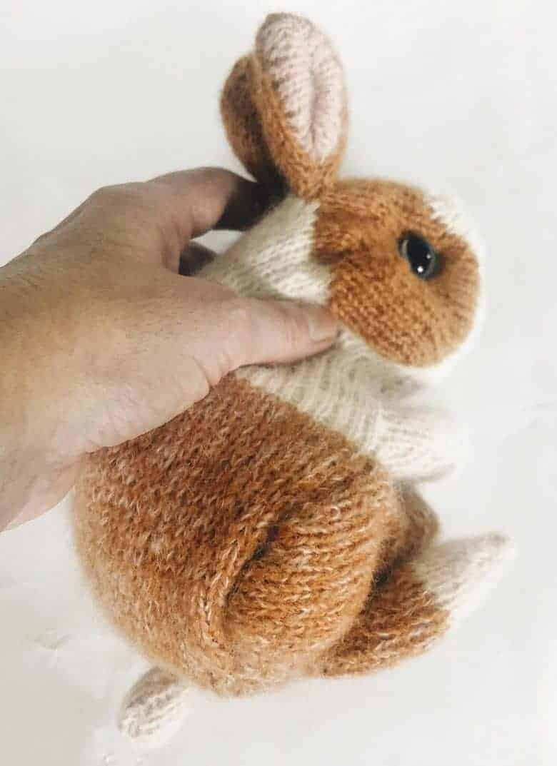 Knit a bunny rabbit this is the Cinnamon Dutch rabbit pattern available to buy on Etsy or you can download your free knitting pattern to knit an Easter baby bunny rabbit by Claire Garland of Dot Pebbles, with easy step by steps and DIY tutorial #knitting #pattern #bunny #rabbit #free #etsy