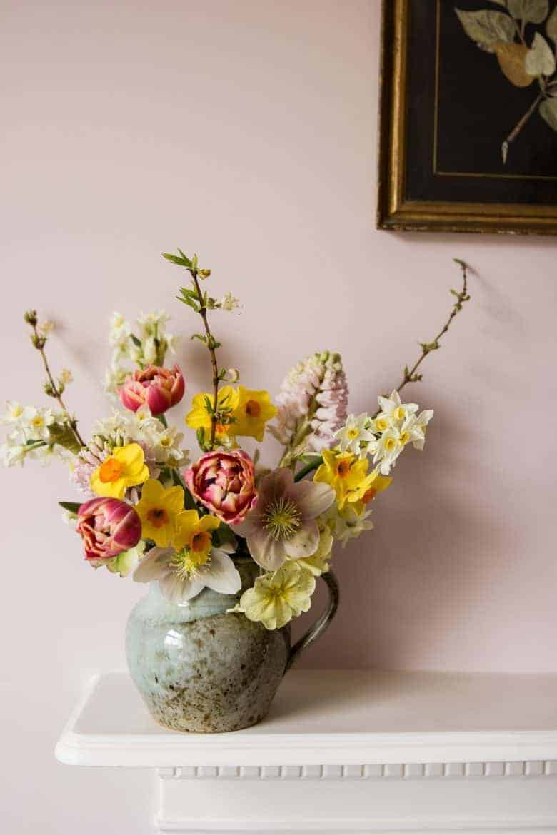 spring flower arrangement by emma harris of a quiet style flower workshops and instagram ecourses share her tips for finding seasonal inspiration and creativity. Click through to find out more and get some ideas for slow, seasonal living you'll love #instagram #ecourses #slowliving #seasonal #photography #flowerarrangements #frombritainwithove #aquietstyle #springflowers #flowerarrangementideas