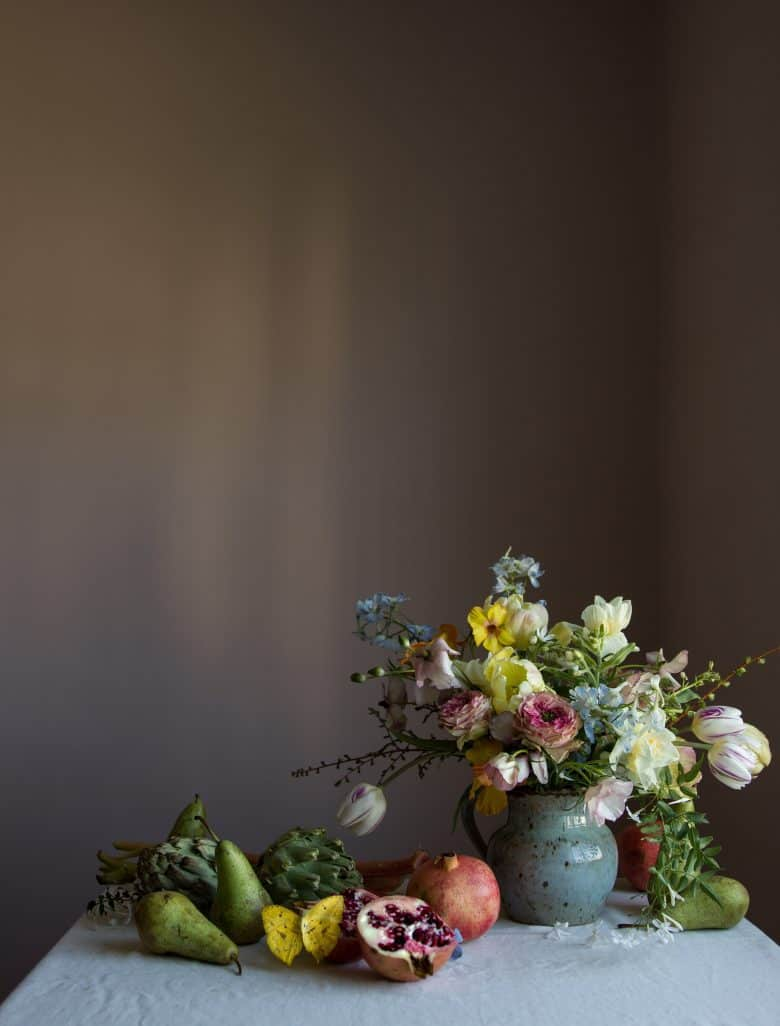 spring summer tulip flower arrangement by emma harris of a quiet style flower workshops and instagram ecourses share her tips for finding seasonal inspiration and creativity. Click through to find out more and get some ideas for slow, seasonal living you'll love #instagram #ecourses #slowliving #seasonal #photography #flowerarrangements #frombritainwithove #aquietstyle #springflowers #flowerarrangementideas