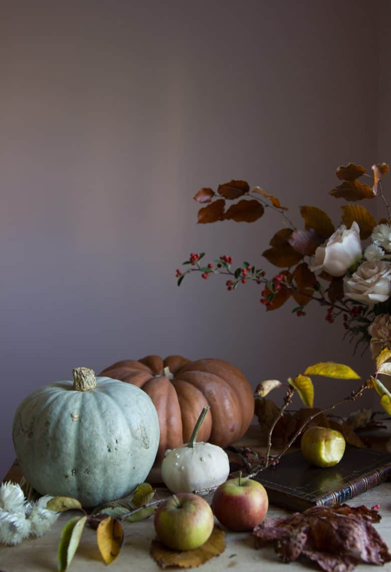 autumn flower arrangement by emma harris of a quiet style flower workshops and instagram ecourses share her tips for finding seasonal inspiration and creativity. Click through to find out more and get some ideas for slow, seasonal living you'll love #instagram #ecourses #slowliving #seasonal #photography #flowerarrangements #frombritainwithove #aquietstyle