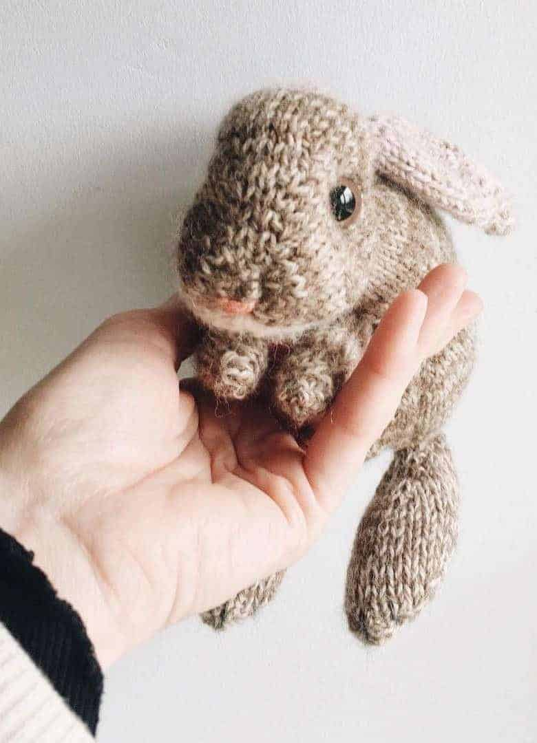 baby bunny knitting pattern in french and english Click through for easy step by step tutorial and free knitting patter to make a knitted easter bunny rabbit. Click through to get tips and all the info you need to make your own #easterbunny #knittingpattern #knittingideas #easter #bunnyrabbits #tutorial #freeknittingpattern #frombritainwithlove