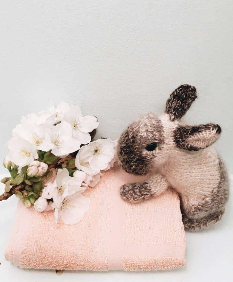 How to knit a bunny rabbit. Click through for easy step by step tutorial and free knitting patter to make a knitted easter bunny rabbit. Click through to get tips and all the info you need to make your own #easterbunny #knittingpattern #knittingideas #easter #bunnyrabbits #tutorial #freeknittingpattern #frombritainwithlove