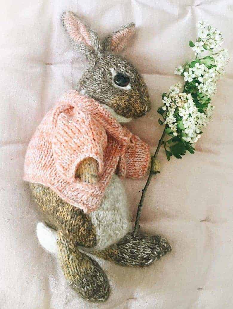 How to knit a bunny rabbit. Click through for easy step by step tutorial and free knitting pattern to make a knitted easter bunny rabbit. Click through to get tips and all the info you need to make your own #easterbunny #knittingpattern #knittingideas #easter #bunnyrabbits #tutorial #freeknittingpattern #frombritainwithlove