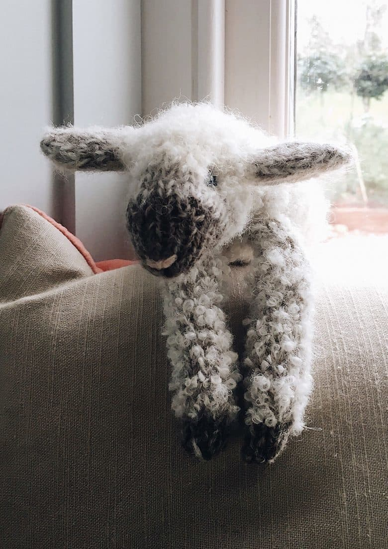 How to knit a lamb baby sheep. Click through for easy step by step tutorial and free knitting patter to make a knitted baby lamb soft toy. Click through to get tips and all the info you need to make your own #lamb #softtoy #knittingpattern #knittingideas #tutorial #freeknittingpattern #frombritainwithlove