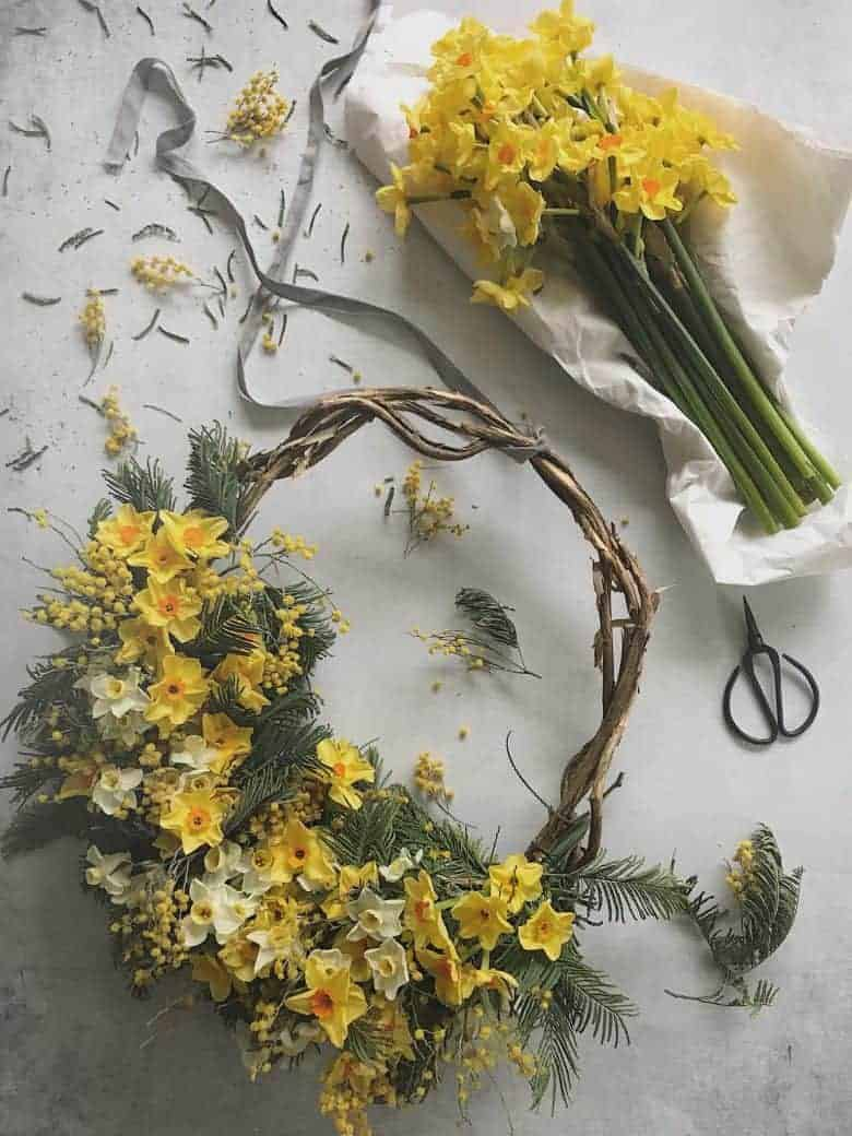 Click through for easy step by step DIY tutorial by Bex of Botanical Tales to make a fresh flower spring wreath for easter. Love the yellow mimosa, eucalyptus and spring flowers with the willow wreath and asymmetrical contemporary design. Find out how to make your own beautiful easter flower wreath #springflowers #wreath #howtomake #DIY #tutorial #easter #frombritainwithlove