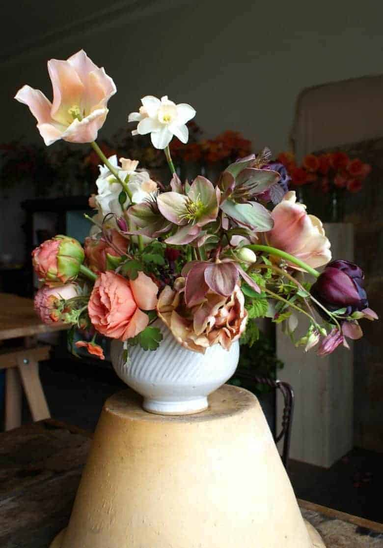 spring flower arrangement ideas using garden country sustainable british flowers including tulips, ranunculus, narcissi, apple blossom, foraged foliage and hellebores. Click through for simple step by step to creating foam-free eco-friendly sustainable ethical flower arrangements and bouquets DIY tutorial and simple tips with english garden flowers #springflowers #appleblossom #frombritainwithlove #sustainable #foamfree #ethical #seasonal #spring #tulips #ranunculus