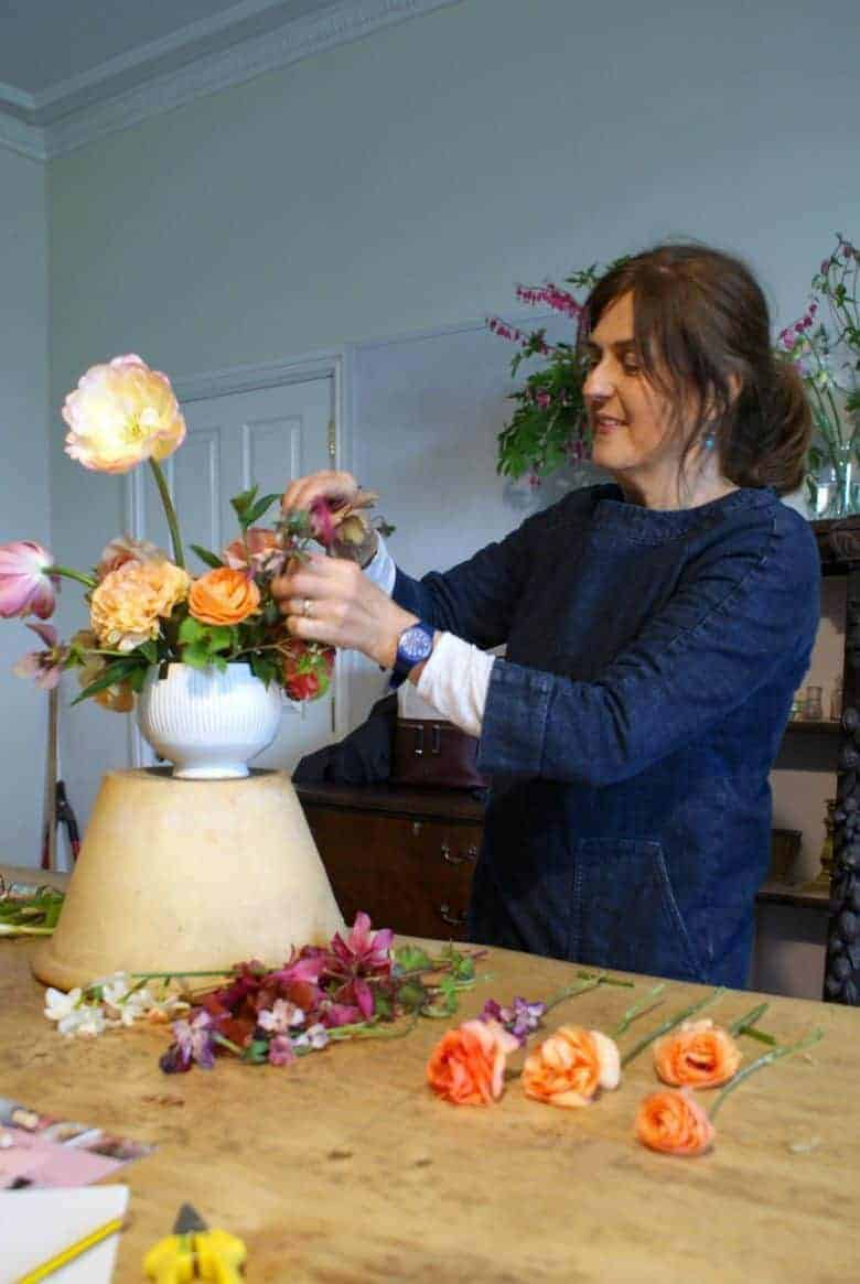 spring flower arrangement ideas using garden country sustainable british flowers including belle epoque tulips, cabbage rose ranunculus, narcissi, apple blossom, foraged foliage and hellebores. Click through for simple step by step to creating foam-free eco-friendly sustainable ethical flower arrangements and bouquets DIY tutorial and simple tips with english garden flowers #springflowers #appleblossom #frombritainwithlove #sustainable #foamfree #ethical #seasonal #spring #tulips #ranunculus