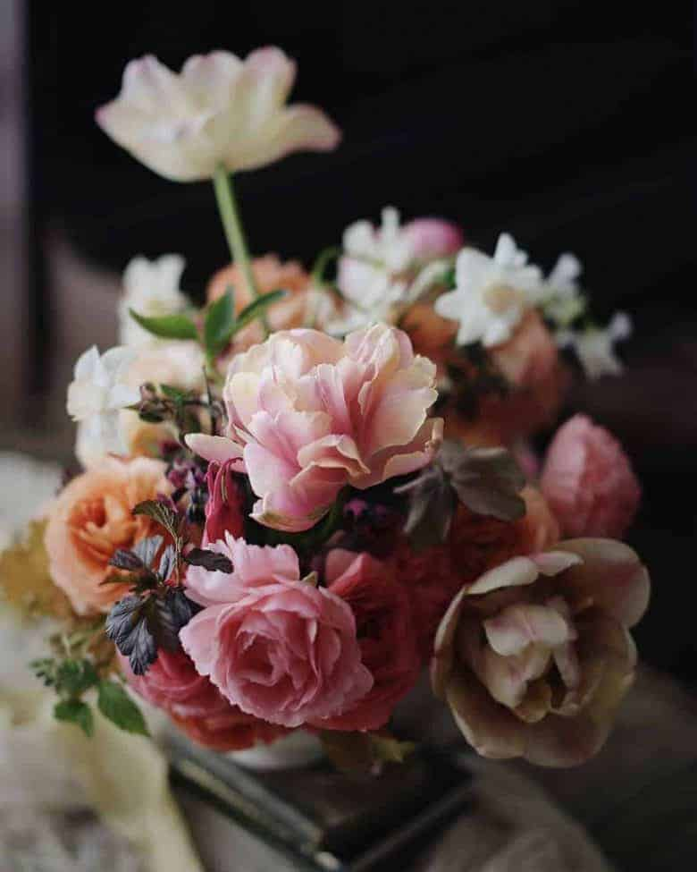 love these foam free floristry flower arrangement ideas by Tammy of Wild Bunch flowers using spring flowers grown on her farm Click through to see lots of ideas as well as practical professional tips and ideas to go more eco friendly and micro plastic free in your flower arranging #plasticfree #foamfree #floristry #flowerarranging #springflowers