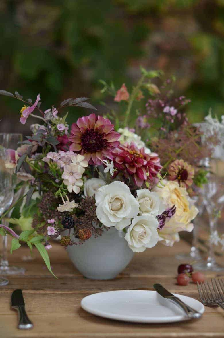 love the flower and growing tips by Sarah Statham of Simply by Arrangement like this seasonal autumn flowers arrangement. Click through to find out more #cuttinggarden #britishflowers #dahlias #growing #sustainable #frombritainwithlove #flowers #autumn
